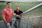 Thomas Würth, Präsident des FC Neukirch-Egnach, und Alexander Huber vom Club 300 auf der Aussentreppe des Clubhauses des FC Steinach. Dieser verfügt über einen Kunstrasenplatz. (Bild: Reto Martin)
