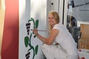 Bei einer der «SwissSkills»-Aufgaben muss Susan Wildermuth möglichst präzise malen. Dabei darf sie ihr Motiv aber nicht abdecken. (Bild Tobias Bruggmann)