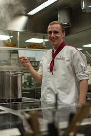 """""""Als Koch kann man seine Kreativität ausleben"""": Der 22-jährige Marco Kölbener vom Hotel Hof Weissbad kocht im Finale des """"Schweizer Fleisch""""-Wettbewerbs um Ruhm und Ehre. (Bild: Claudio Weder)"""