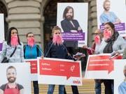Die Gewerkschaft Unia kämpft weiter für gleiche Löhne für Mann und Frau. Sie startete am Dienstag mit rosa Bärten eine Plakatkampagne. (Bild: KEYSTONE/ALESSANDRO DELLA VALLE)