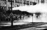 Im August 1992 eskalierten Proteste vor der zentralen Aufnahmestelle für Asylbewerber in Rostock-Lichtenhagen. Bild: Frank Hormann/AP (Rostock, 23. August 1992)