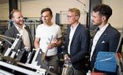 Geschäftsleiter Rainer Mirsch (2. von links) erklärt den Studierenden die Arbeit im Brüggli-Betrieb. (Bild: PD)
