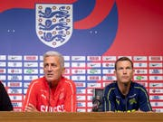 Nationaltrainer Vladimir Petkovic und Stephan Lichtsteiner (rechts) stehen den Medien vor dem Spiel gegen den WM-Halbfinalisten England Rede und Antwort (Bild: KEYSTONE/GEORGIOS KEFALAS)