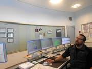 In der Zentrale erklärt ein Experte den Schülern, wie das Kraftwerk Göschenen funktioniert.