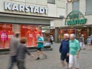 Die beiden deutschen Warenhausketten Karstadt und Kaufhof - im Bild die beiden Filialen in Trier - sollen fusioniert werden. Allerdings werden auch die Wettbewerbsbehörden dabei noch ein Wort mitzureden haben. (Bild: KEYSTONE/AP dpa/HARALD TITTEL)