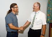 Kreispräsident Josef Signer (rechts) bedankt sich bei Dennis Mungo, Leiter der Musikschule Werdenberg, für die gute Zusammenarbeit. (Bild: Hansruedi Rohrer)