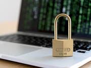 Das veraltete Datenschutzgesetz soll revidiert werden. Das Parlament will das in zwei Etappen tun. Damit klammert es die umstrittenen Punkte vorerst aus. (Bild: Keystone/NICK SOLAND)