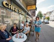 Ein Hauch von Urbanität im sommerlichen Strassencafé: Renate Rohr kann viele Stammgäste bedienen. (Bild: Peter Hummel)