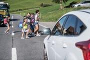Bushaltestelle Schwand in Ebnet: Schulkinder überqueren täglich die Strasse ohne Fussgängerstreifen. Bild: Nadia Schärli (11. September 2018)