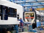Der Zughersteller Stadler wartet beim Bau seiner Gotthard-Schnellzüge auf die Lieferung der Zugsicherungssysteme von Siemens. (Bild: KEYSTONE/GIAN EHRENZELLER)