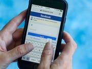 Die Nutzung von sozialen Medien ist gemäss einer Umfrage in der Schweiz erstmals zurückgegangen. (Bild: KEYSTONE/AP/WILFREDO LEE)