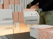 Zalando-Paktete werden für den Versand vorbereitet (Archivbild). (Bild: KEYSTONE/STEFFEN SCHMIDT)
