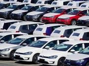 Rund drei Jahre nach dem Bekanntwerden des Abgasskandals bei VW kündigen die Verbraucherzentralen und der ADAC eine Sammelklage an. (Bild: KEYSTONE/EPA/ALEXANDER BECHER)