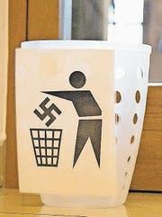 Abfalleimer für Hakenkreuze im Theater Konstanz. (Bild: Keystone)
