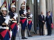 Bundespräsident Alain Berset wird vom französischen Präsidenten Emmanuel Macron (ganz rechts) im Elysée-Palast begrüsst. (Bild: KEYSTONE/EPA/IAN LANGSDON)