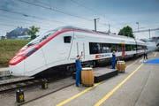 Der Roll-out des Giruno bei Stadler Rail in Bussnang. (Bild: Urs Bucher)