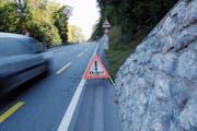 Neue Schilder beidseits der Strasse mahnen zur Temporeduktion. (Bild: Karin Erni)