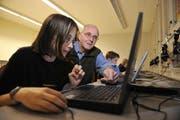 Ein Senior hilft Schülern im Unterricht. (Bild: Corinne Glanzmann)