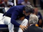Tennis-Schiedsrichter Carlos Ramos (auf dem Stuhl) äusserte sich in seiner portugiesischen Heimat zum US-Open-Final der Frauen (Bild: KEYSTONE/FR110666 AP/ADAM HUNGER)