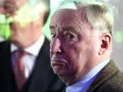 Kein «Vogelschiss der Geschichte»: AfD-Fraktionschef Alexander Gauland wird im Bundestag vom gescheiterten SPD-Kanzlerkandidaten Martin Schulz attackiert. (Bild: KEYSTONE/EPA/CHRISTIAN BRUNA)