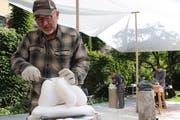 Hugo Biasini feilt an seiner Skulptur aus Alabaster im Garten des Kulturklosters Altdorf. (Bild: Remo Infanger, dAltdorf, 11. September 2018)