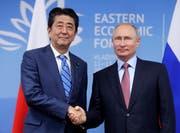 Japans Shinzo Abe (links) und Russlands Wladimir Putin nähern sich Kurilen-Inseln-Frage an. (Bild: Mikhail Metzel/AP; Wladiwostok, 10. September 2018)