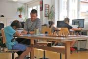 Leiter Florian Wipfli mit Kindern auf der Schulinsel. (Bild: Patricia Helfenstein (Sarnen, 11. September))