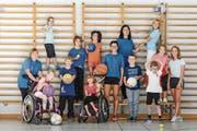 Der neu geschaffene Kurs «Turnen für Kinder mit Handicap» stösst auf grosses Interesse. In der Bildmitte stehen Simone Michlig-Thür, Vereinspräsidentin, und Nathalie Waser-Torgler, technische Leiterin des Vereins PluSport Behindertensport Rheintal. (Bild: René Michlig)