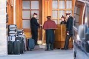 Bei Hochsaison sind gerade auch Bündner Skiorte auf ausreichend Personal angewiesen.Bild: Christian Beutler/Keystone (St.Moritz, 18. März 2016)