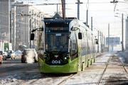Ein Metelitsa-Tram von Stadler auf den Strassen St.Petersburgs. (Bild: PD)