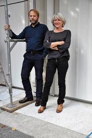 Hans-Ruedi Beck und Vreni Härdi in Trogen vor dem Kutscherhaus, das zum Holzpalast gehört. Eine ihrer ersten Aufgaben betraf die Farbberatung für die Remise. (Bild: Monika Egli)