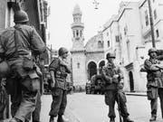 Französische Soldaten in der Innenstadt von Algier (Aufnahme vom Mai 1956). (Bild: KEYSTONE/AP)