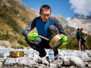 Forschende der ETH Lausanne (EPFL) wollen die Mikroorganismen der grössten Gletschergewässer weltweit untersuchen. Am Donnerstag stellten sie das soeben gestartete Projekt am Rhonegletscher vor. (Bild: KEYSTONE/VALENTIN FLAURAUD)
