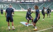 Einst Servette-Junioren, heute Nationalspieler: Kevin Mbabu hilft Denis Zakaria auf. (Bild: Toto Marti/Freshfocus (St.Gallen, 7. September 2018))