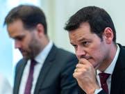 Pierre Maudet (r.), der vorläufige Ex-Präsident der Kantonsregierung vor den Medien in Genf. Links sein Nachfolger Antonio Hodgers. (Bild: Keystone/MARTIAL TREZZINI)