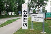 Willkommensgruss beim Sirnacher Dorfeingang an der Q20: Die Befragten Einwohner können auch ihre Meinung zur Infrastruktur der Gemeinde abgeben. (Bild: Roman Scherrer)