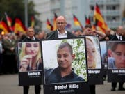 Ein Mann hält bei einer Demonstration in Chemnitz ein Bild des Ende August mutmasslich von ausländischen Migranten erstochenen Opfers. (Bild: KEYSTONE/EPA/MARTIN DIVISEK)