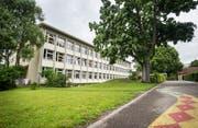 Das Schulhaus Zentrum in Diessenhofen darf abgerissen werden, hat der Kanton befunden, nun entscheiden die Schulbürger, ob es dazu kommt. (Bild: Andrea Stalder)
