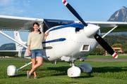 Ein kongeniales Duo: Dominique Gisin mit einer Cessna 182. Im Hintergrund rechts das Stanserhorn. (Bild: Eveline Beerkircher (Kägiswil, 12. September 2018))