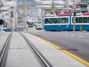 Pause während der Fahrt: Für Tramchauffeure gibt es im Bereich Escher Wyss-Platz eine ungewöhnliche Möglichkeit. (Bild: KEYSTONE/CHRISTIAN MERZ)