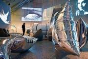 Andy Warhols «Silver Clouds» hängen in der Ausstellung «Imagine 68». (Bild: Walter Bieri/Keystone)