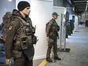 Nach Ansicht des Nationalrates ist es notwendig, für alle Armeeangehörigen einen angemessenen Körperschutz zu kaufen. Die kleine Kammer will dort 100 Millionen Franken einsparen. (Bild: Keystone/PETER SCHNEIDER)