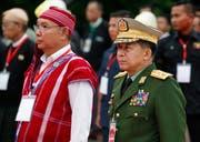 General Min Aung Hlaing (rechts) und Mahn Win Khaing Than, Sprecher des Oberhauses, während einer Zeremonie. (Bild: Lynn Bo Bo/Epa (Myanmar, 19. Juli 2018))