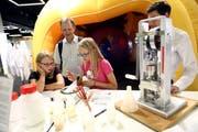 Besucher der Swiss Skills am Stand der Chemie- und Pharmatechnologen.Bild: Stefan Wermuth (Bern, 13. September 2018)