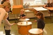 Der Kurs bietet Kleinkindern und ihren Eltern einen spielerischen Einstieg in die Welt der Musik. (Bild: PD)