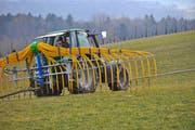 Mit Schleppschläuchen können die Ammoniak-Emissionen verringert werden. (Bild: TZ)