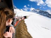 Die Jungfraubahn Holding, die Betreiberin der Bahnlinie auf das Jungfraujoch, hat laut der Finanzmarktaufsicht Finma in den Jahren 2014 bis 2016 zum Jahresende den Kurs der eigenen Aktien durch Verkäufe aus den Eigenbeständen nach unten gedrückt. (Bild: KEYSTONE/ANTHONY ANEX)