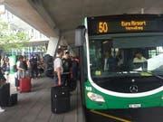 Die Passagiere des Flughafens Basel-Mülhausen müssen noch mindestens zehn Jahre mit dem Bus vorlieb nehmen. Die Bahnanbindung wird frühestens bis 2028 realisiert. (Bild: Martin Heutschi, Keystone-SDA)