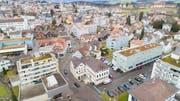 Die Kantonsstrasse durch das Flawiler Dorfzentrum kann wohl nicht geplant in den Jahren 2019/2020 gebaut werden. (Bild: imagevideo/Beat Schiltknecht)