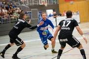 HCK-Spieler Thomas Hofstetter versucht sich gegen zwei Spieler von BSV Bern durchzusetzen. Bild: Eveline Beerkircher (Kriens, 12. September 2018)